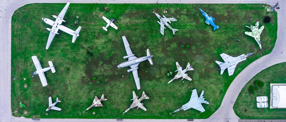5. Ил-14 в окружении МиГов слева и Яков справа, еще этот самолет называют Пингвином.