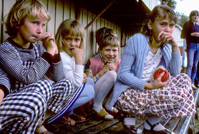 Вернувшийся на родину польский фотограф увидел, как народ свергает социализм (17 фото)