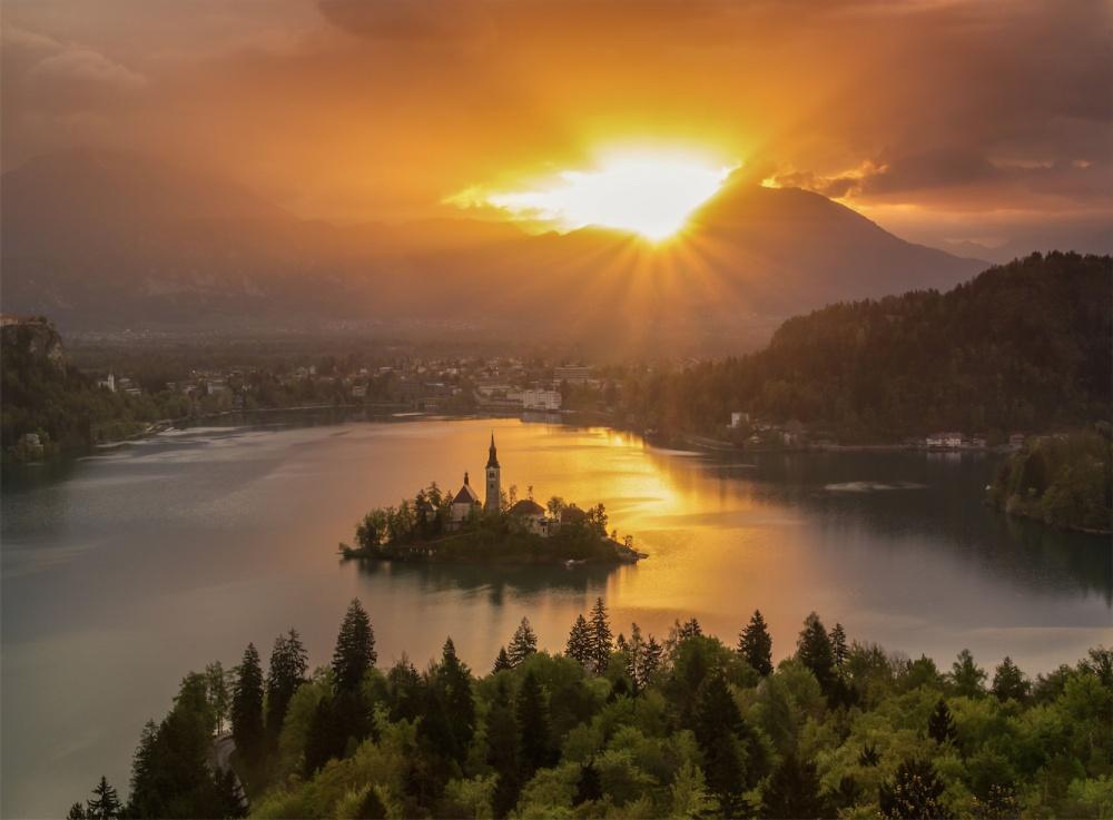 © Jakub Witos/REX/Shutterstock  Одно изсамых живописных озер Европы— озеро Блед вСловении.