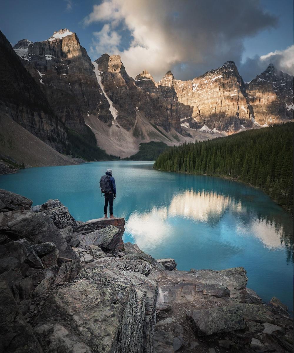 © Andrew Studer/REX/Shutterstock  Ледниковое озеро Морейн внациональном парке Банф (Канада) н
