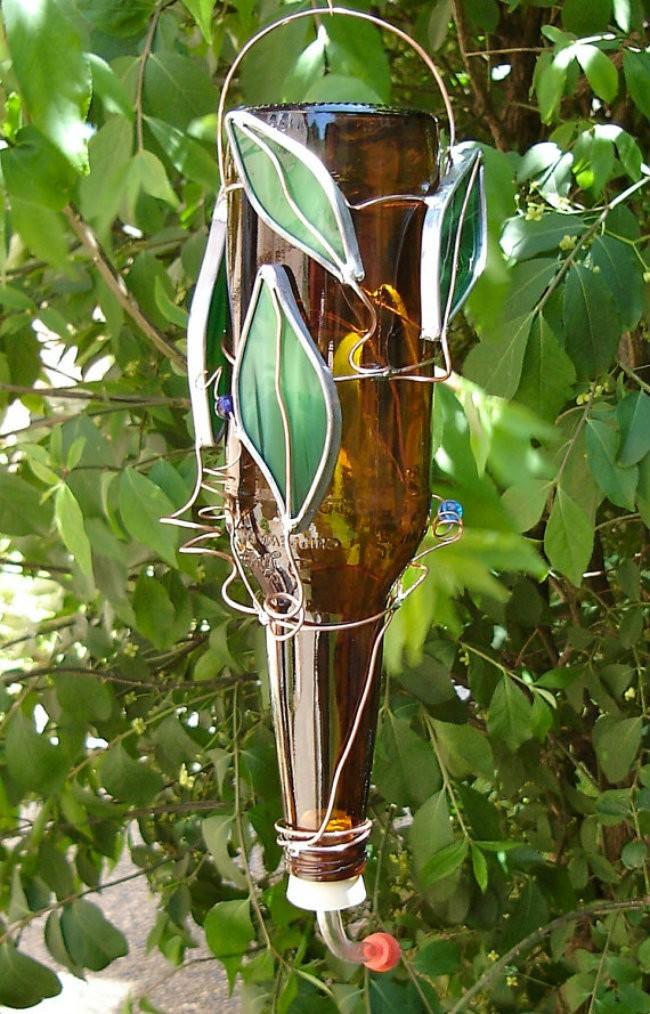 8. Кормушка для колибри. Крошечные опылители полюбят эту потрясающую и экологичную кормушку.