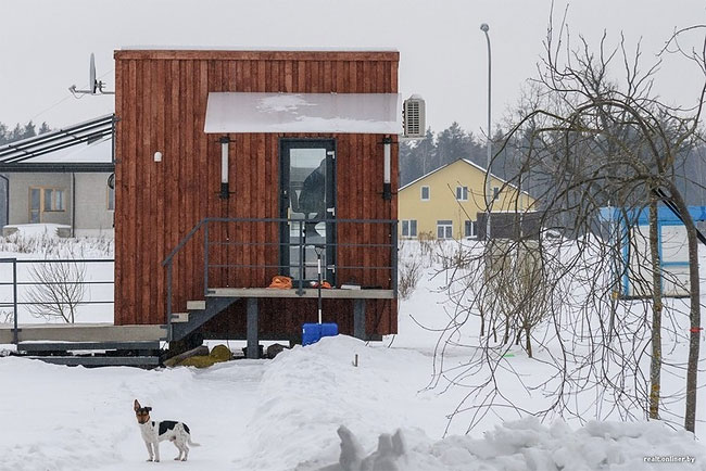 Трое белорусов и собака живут в домике площадью 16 квадратных метров (27 фото)