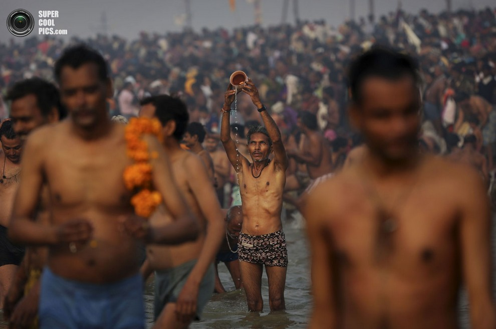 Мужчина совершает святой обряд.(AP Photo/Kevin Frayer)