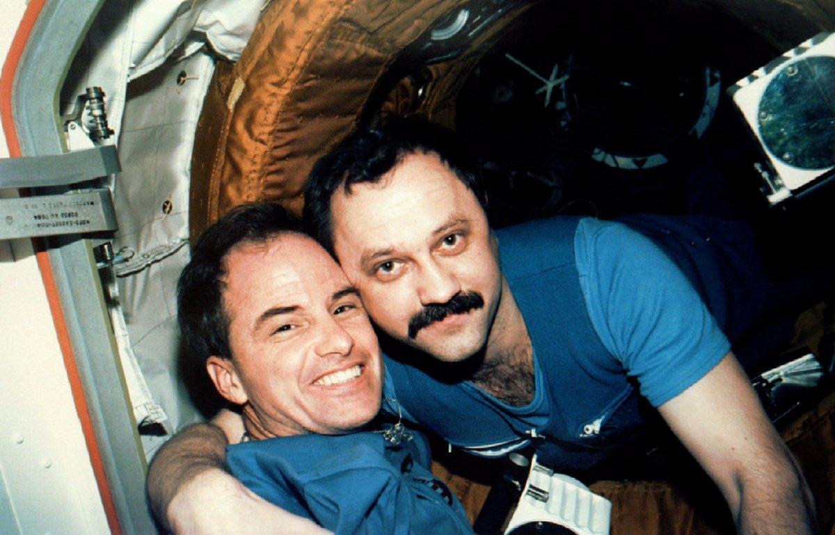 Астронавт Кевин Чилтон, командир миссии STS-76, и космонавт Юрий Усачев, бортинженер 21-й основной э