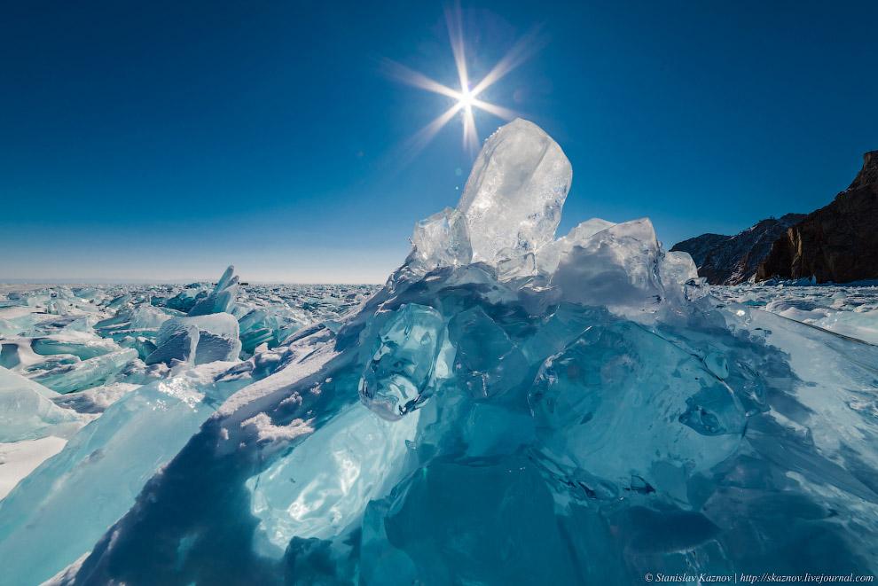 5. Забираться под многочисленные люстры из ледяных сталактитов одно удовольствие, хотя немного