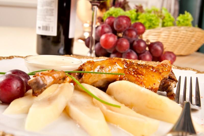 Курица с грушами в медовом соусе. Ингредиенты: 3 куриные ножки 4 груши (можно положить больше) 1 лук