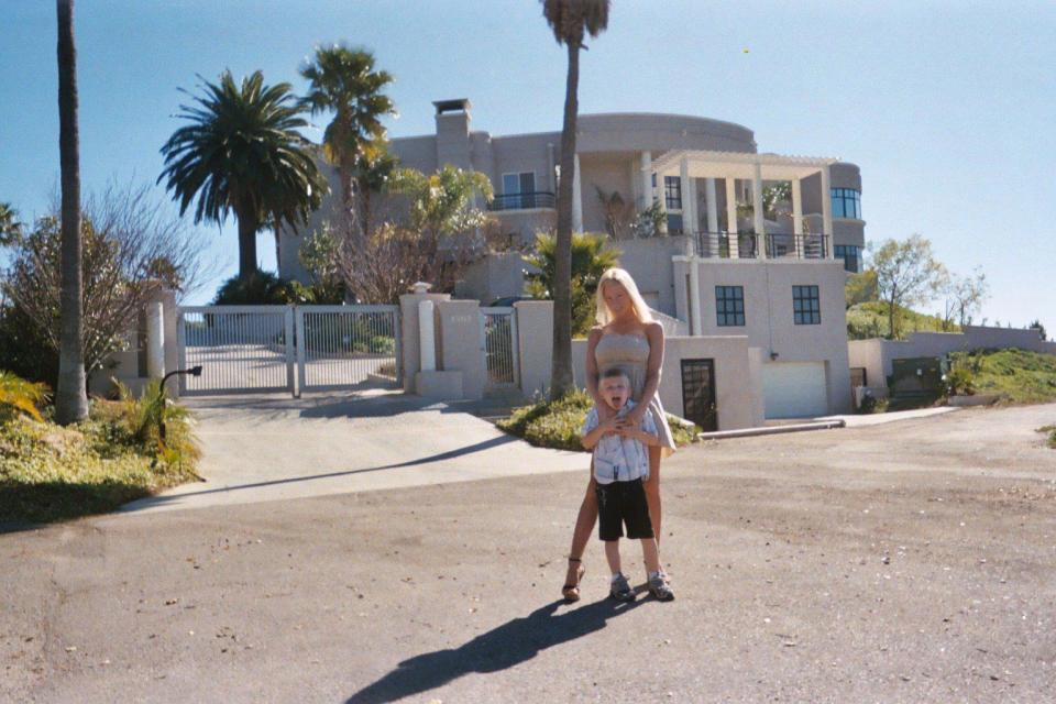 Кристал и ее сын Джастин, которому теперь 16 лет, перед их особняком в Голливуде. Со временем Криста