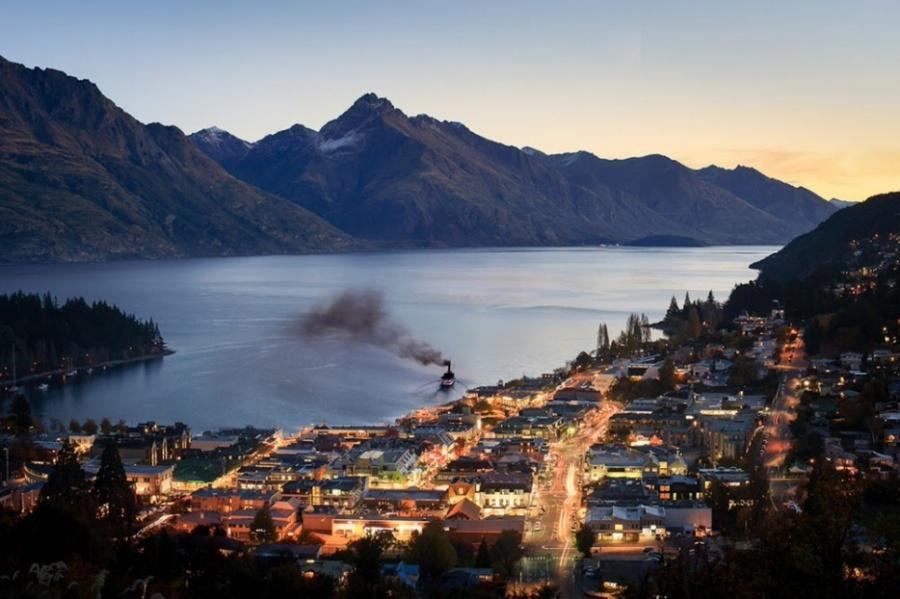 Куинстаун расположен вюго-западной части новозеландского острова Южный. Расположился наберегу бухт
