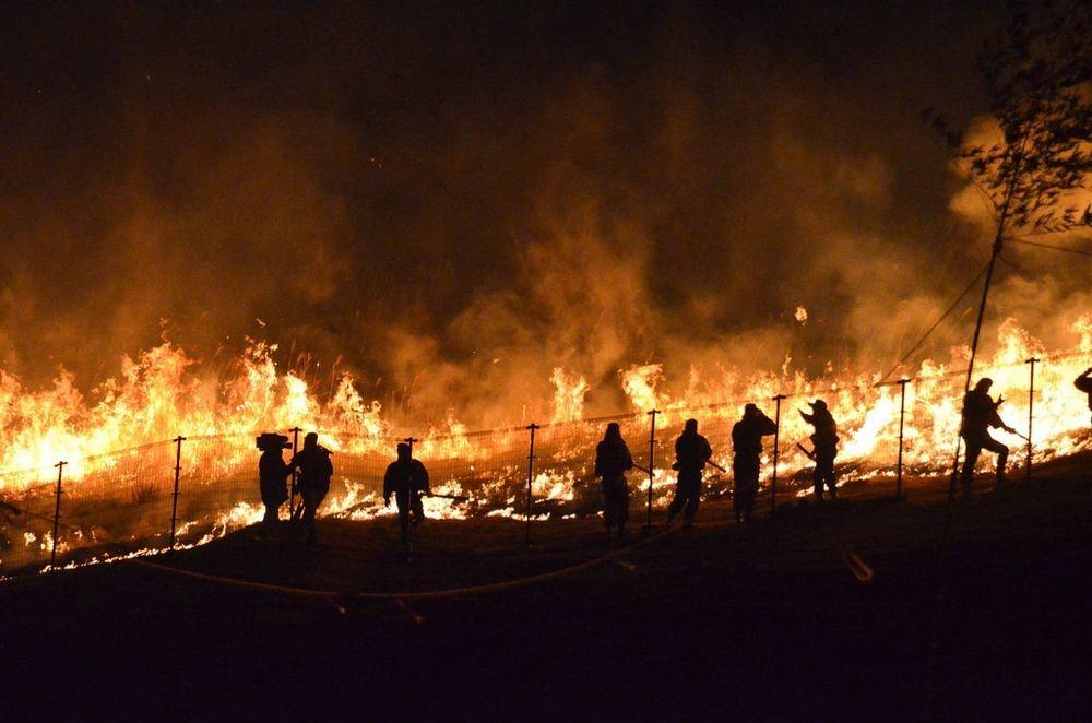 В 6 вечера взрывают фейерверки, а после этого начинается поджаривание горы.