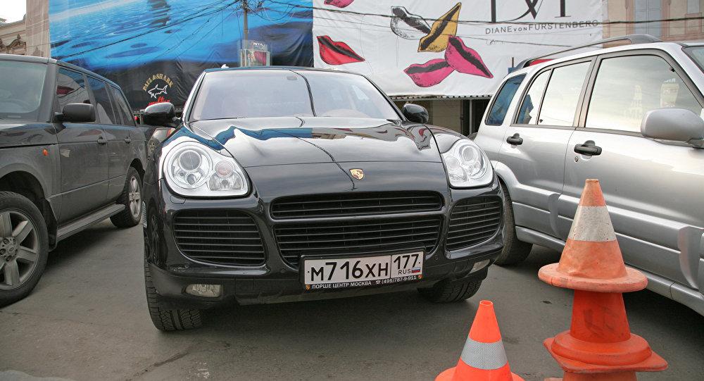 Наюго-западе столицы шофёр Порше насмерть сбил пешехода ипротаранил припаркованные машины