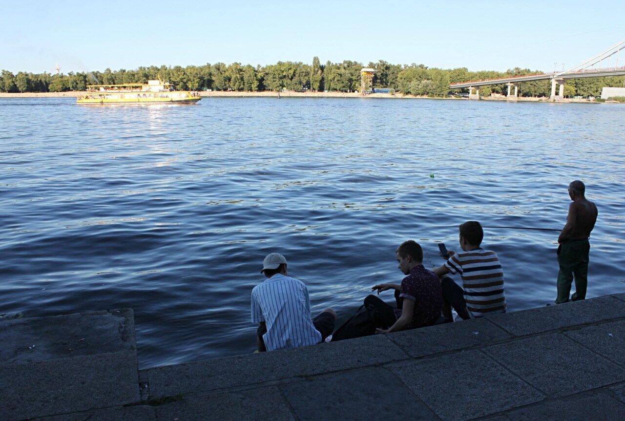 Рыбак и наблюдатели