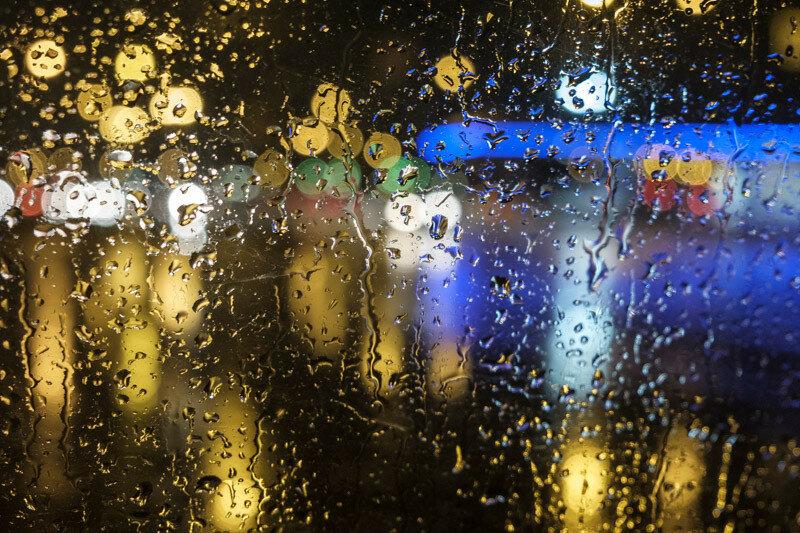 дождь идет, капли на стекле