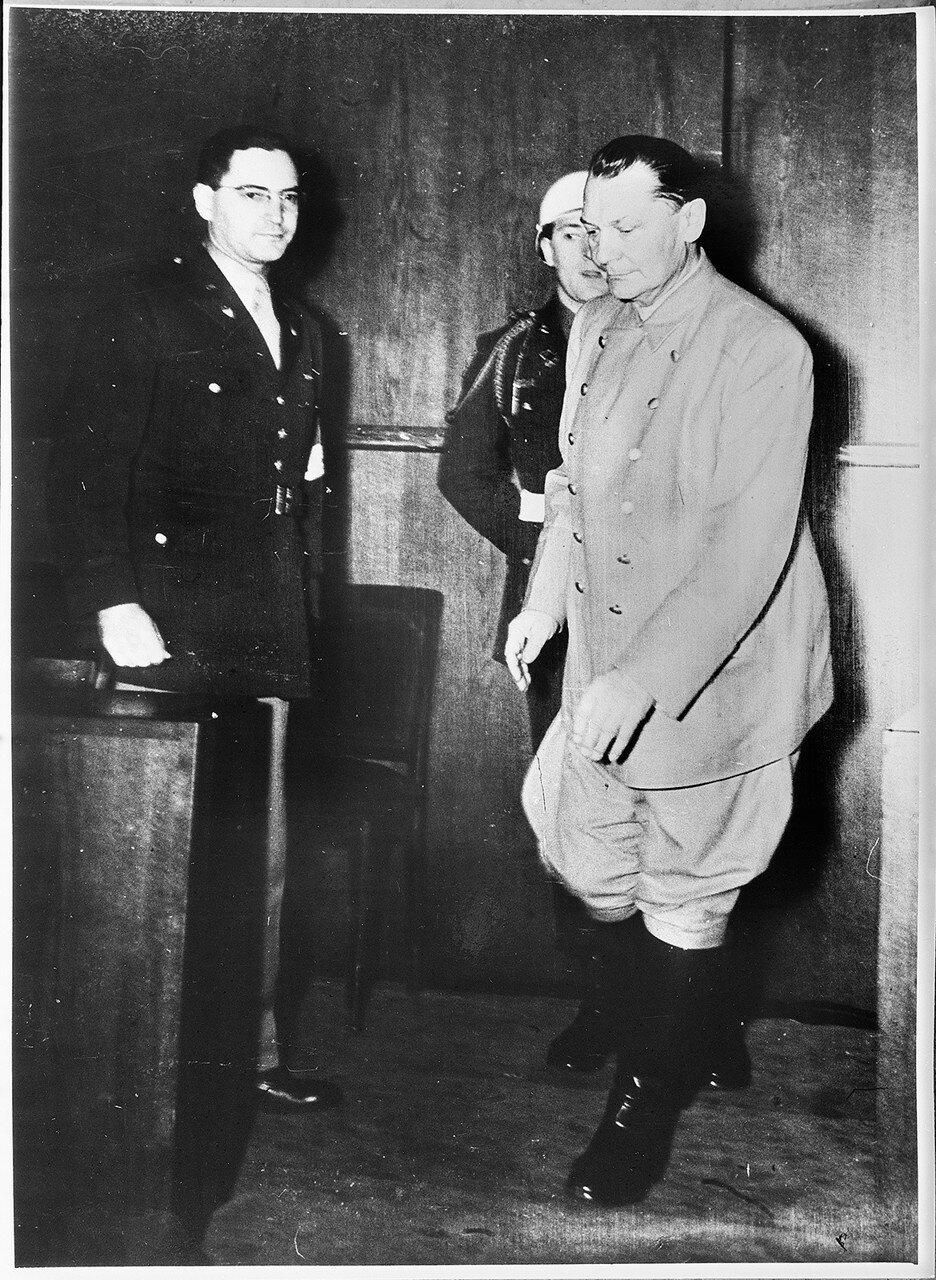 Подсудимый Геринг при выходе из зала судебных заседаний