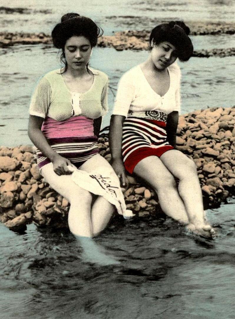 Гейши в купальных костюмах