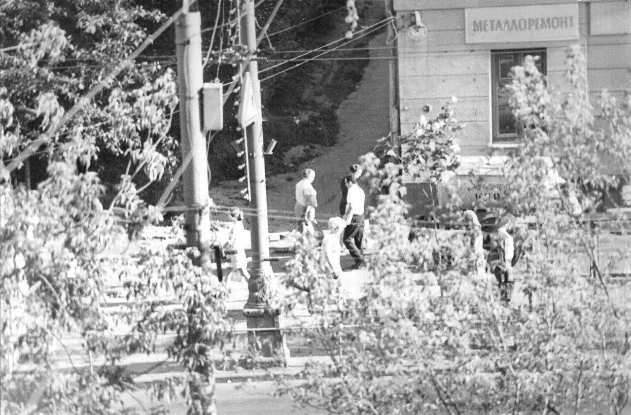 1973. Москвичи у дома 14 на Сущёвском валу (фотограф Игнатущенко С.К.)