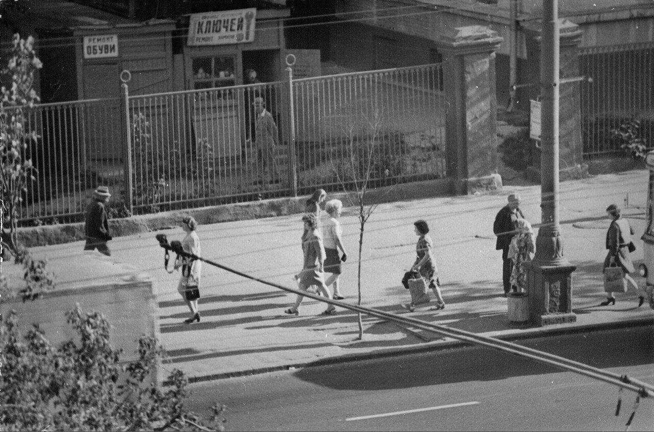 1973. Остановка троллейбуса «Минаевский рынок» (фотограф Игнатущенко С.К.)