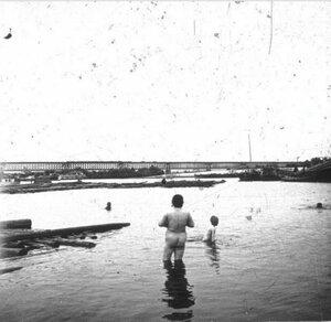 Купание на берегу Днепра. 1904-1909