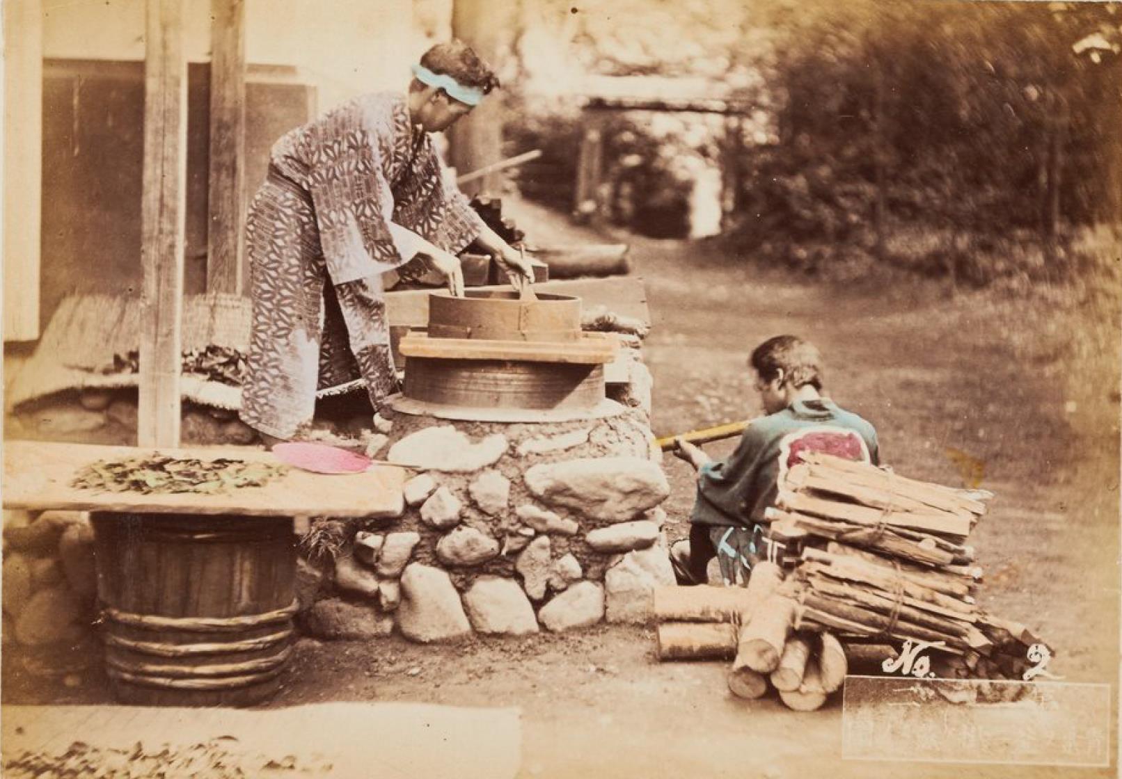 Двое мужчин возле печи для приготовления пищи