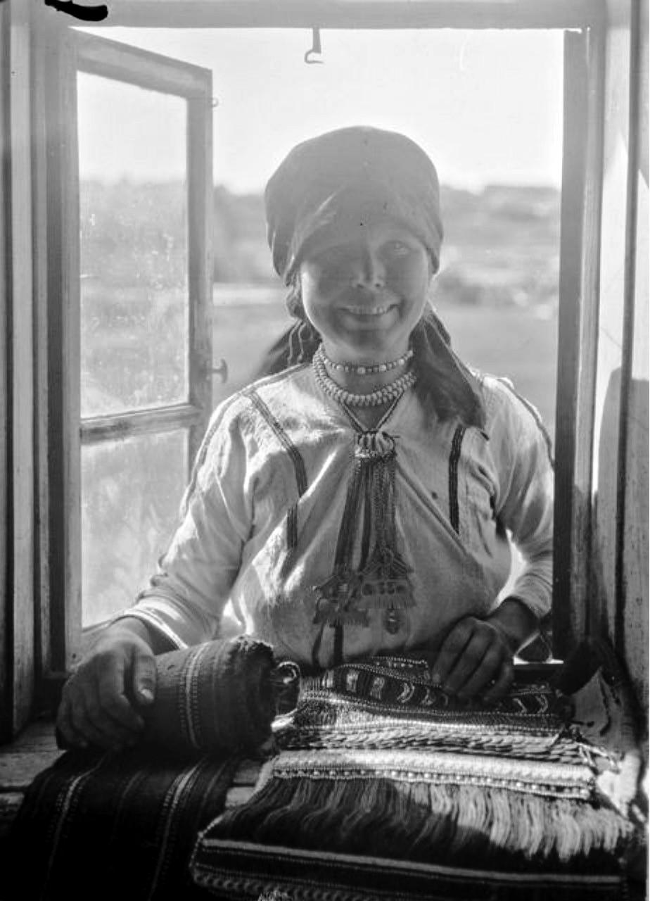 Женщина, торгующая текстилем
