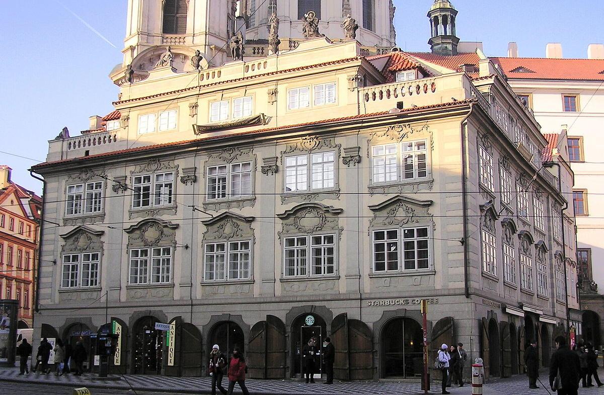Он считается самым удивительным архитектурным памятником Праги. Он запоминается пышной отделкой и из