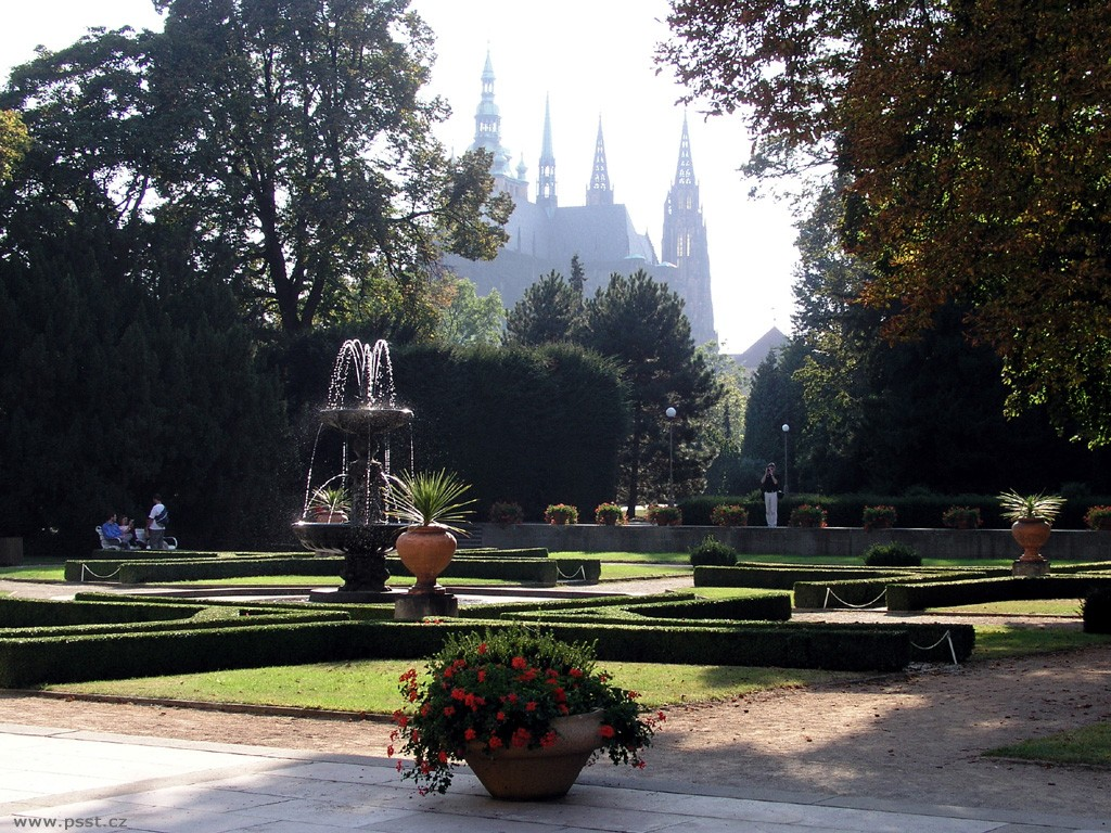 Один из самых привлекательных садов столици Чехии. Именно здесь находятся некоторые памятники архите