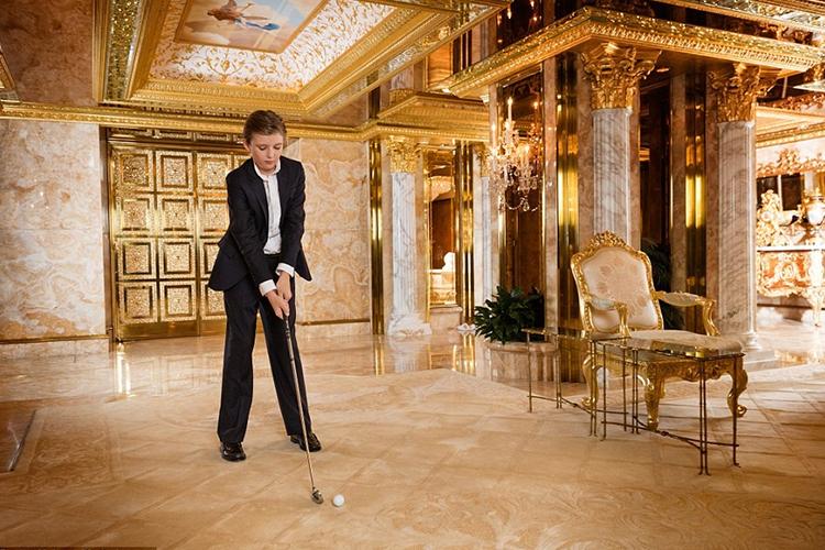 Почему бы и в гольф не поиграть в просторном холле квартиры.