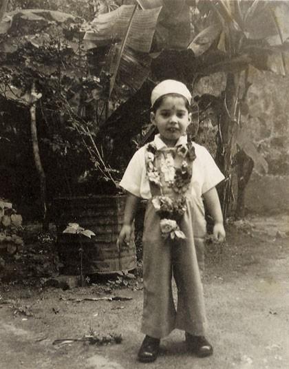 Фредди на свой четвертый день рождения на Занзибаре в молитвенной шапочке и с традиционным венком.