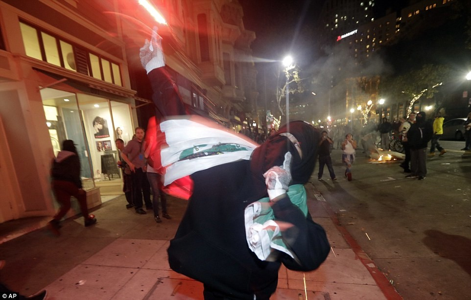 Более 6,000 протестующих были замечены на улицах Окленда, и первоначально мирный марш перерос в бесп