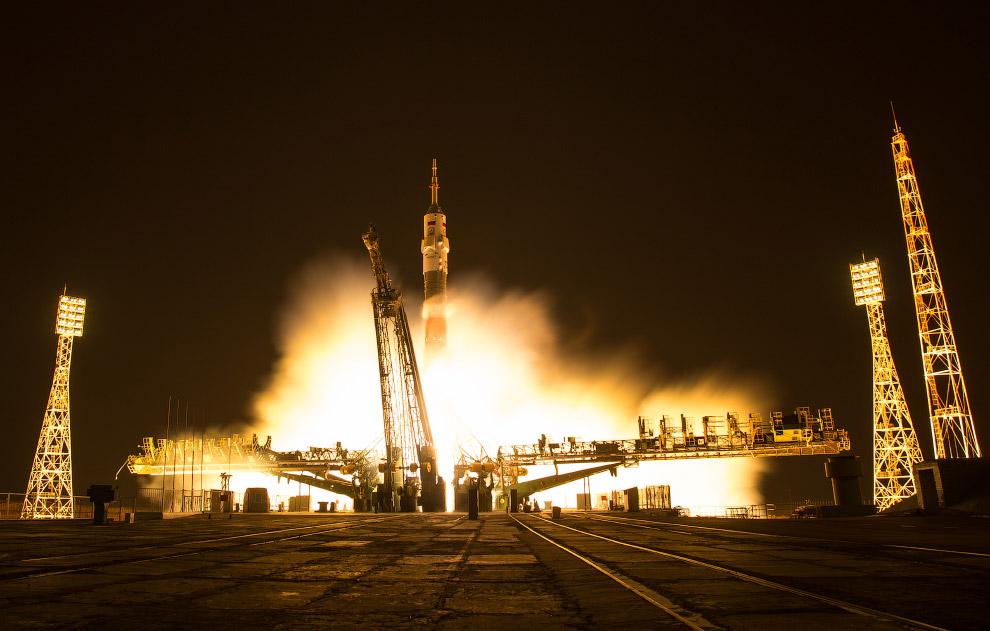 13. Старт корабля, снятый на длинной выдержке. Счастливого пути! (Фото NASA | Bill Ingalls):