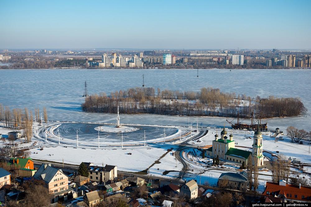 Адмиралтейская площадь. Открыта в 1996 году в честь 300-летия российского военного флота. Справа вид