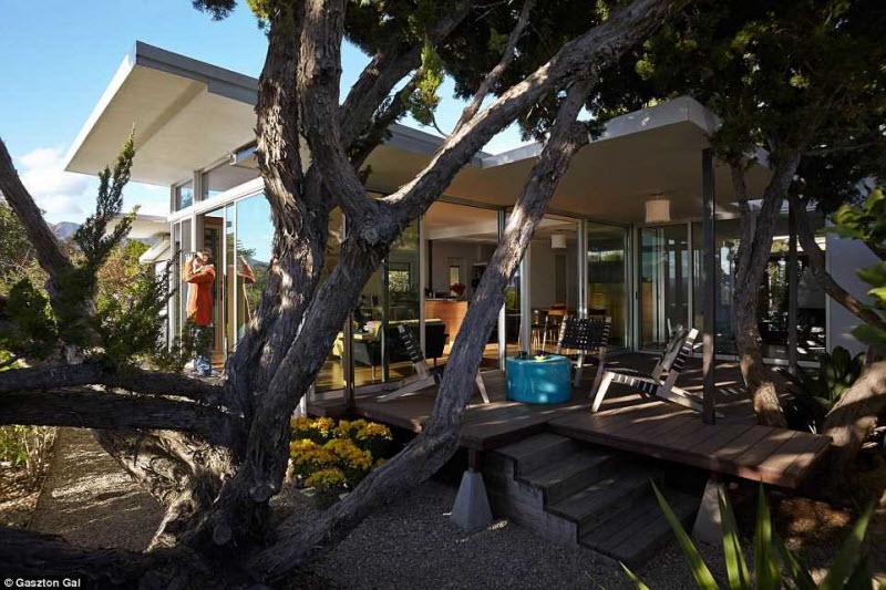 Дом выглядит подобно картинке из журнала или живописи, с расползающейся вокруг дикой природой.