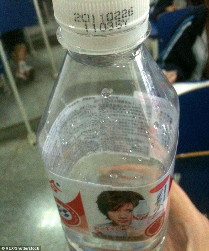Напиться знаниями можно, если записать нужные ответы на обратной стороне этикетки на бутылке воды.