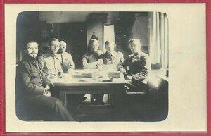 Русские и французские офицеры за чаепитием.
