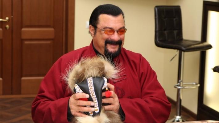 Руководитель Камчатки подарил Сигалу малахай