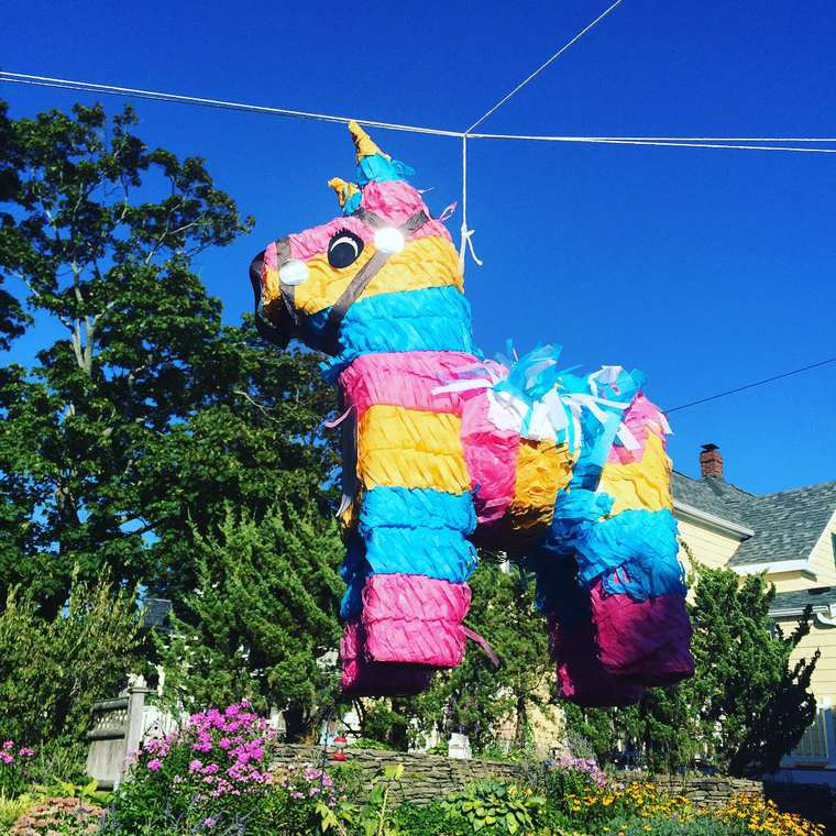 Nipyata - The pinatas for adults filled with candies and bottles of alcohol