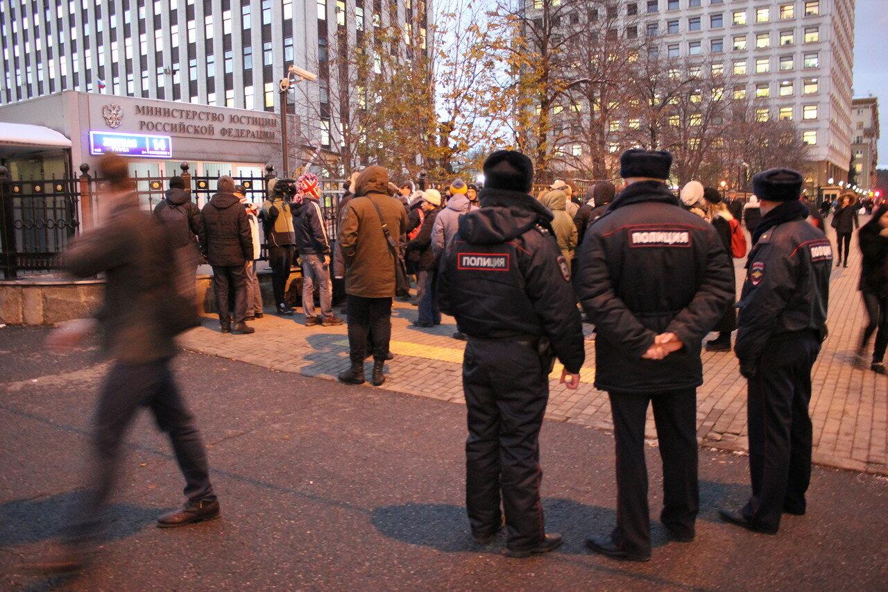 Сход граждан у ФСИН за Ильдара Дадина