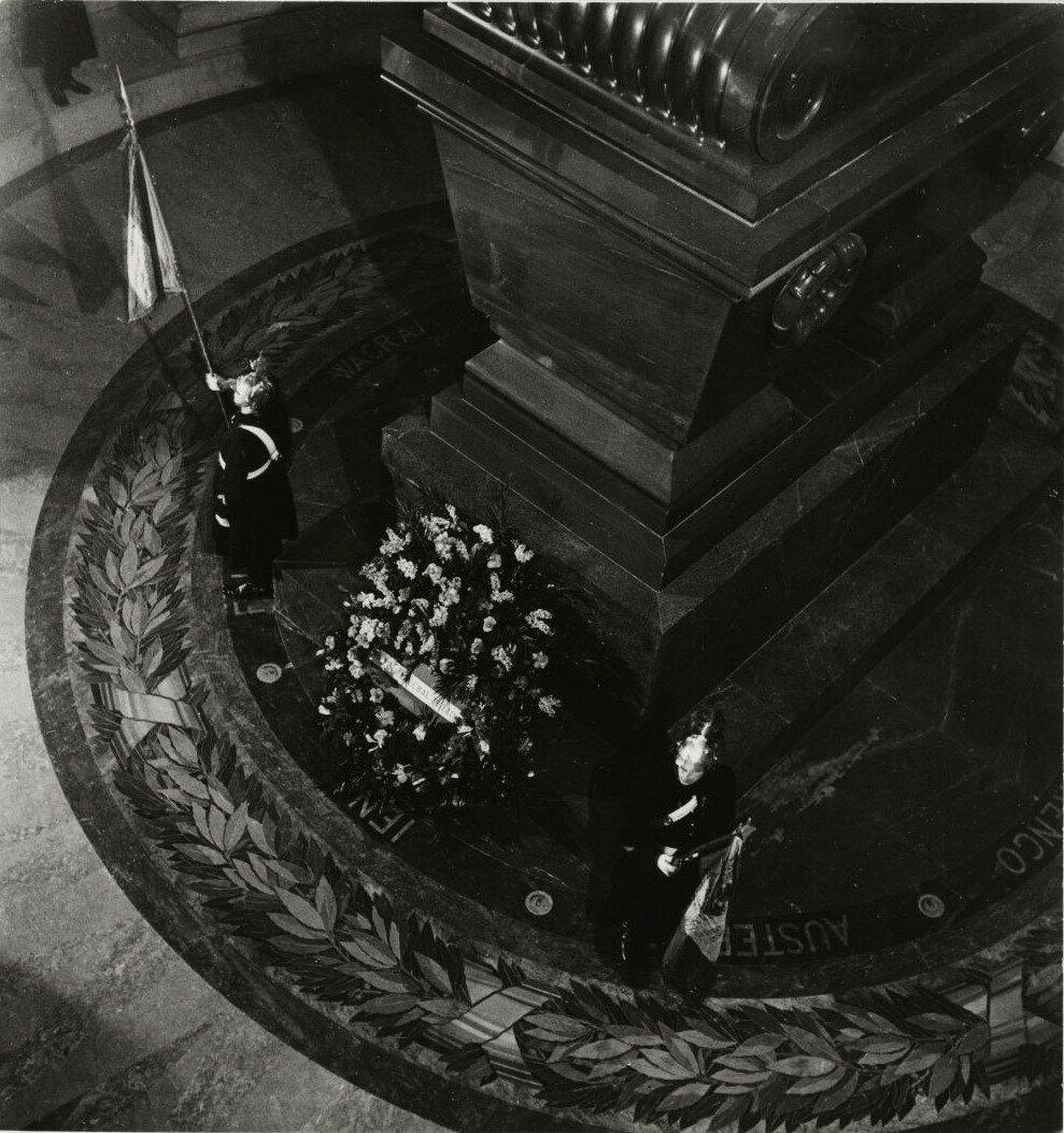 Церемония возвращения праха Наполеона II в Дом инвалидов в декабре 1940. Кенотаф и солдаты Республиканской гвардии