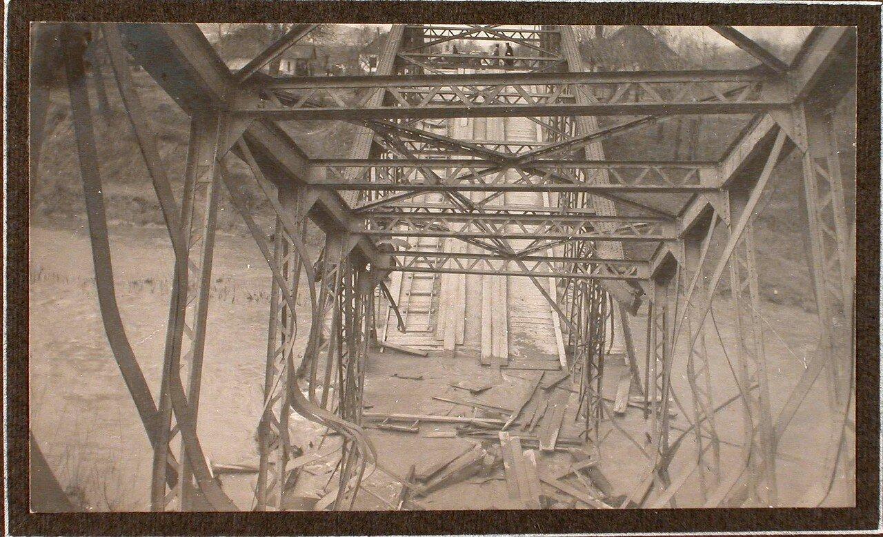11. Вид взорванного железнодорожного моста через реку Виар