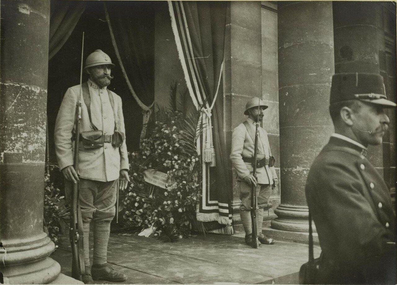 Солдаты охраняют гроб с телом