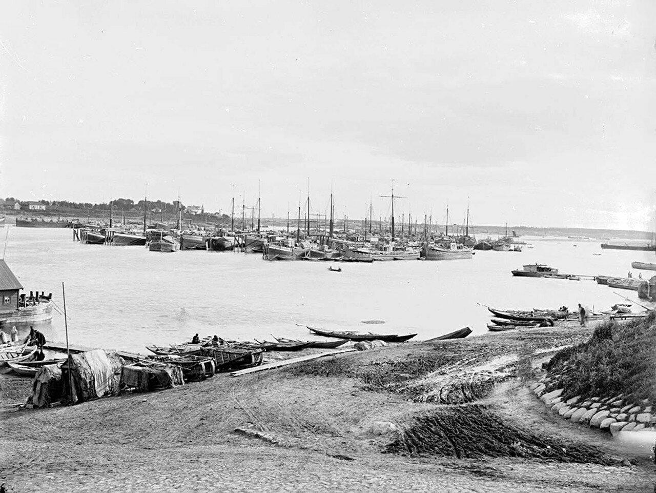 Караван судов на Волге близ Рыбинска (на заднем плане видно село Васильевское и село Петровское),1894
