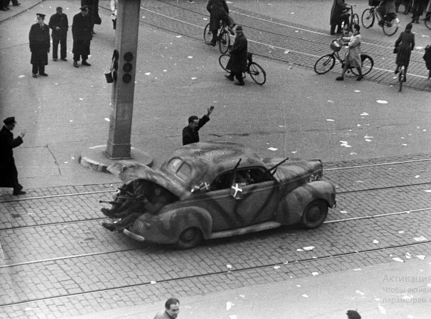 Борцы за свободу в немецком вагоне на центральной площади (ратушная площадь) в Копенгагене. 5 мая 1945.  На Flickr - Обмен Фотографиями! – Yandex.jpg