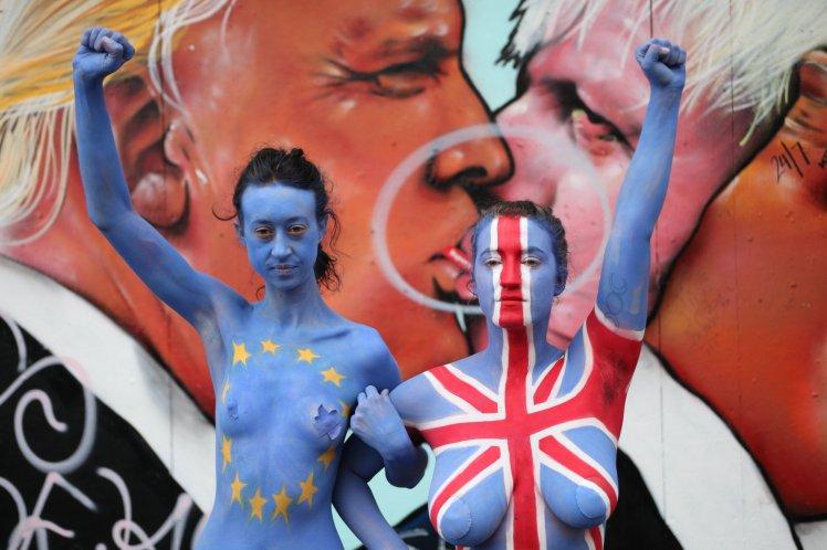 Британки оголили грудь, чтобы переубедить соотечественников выходить из Евросоюза