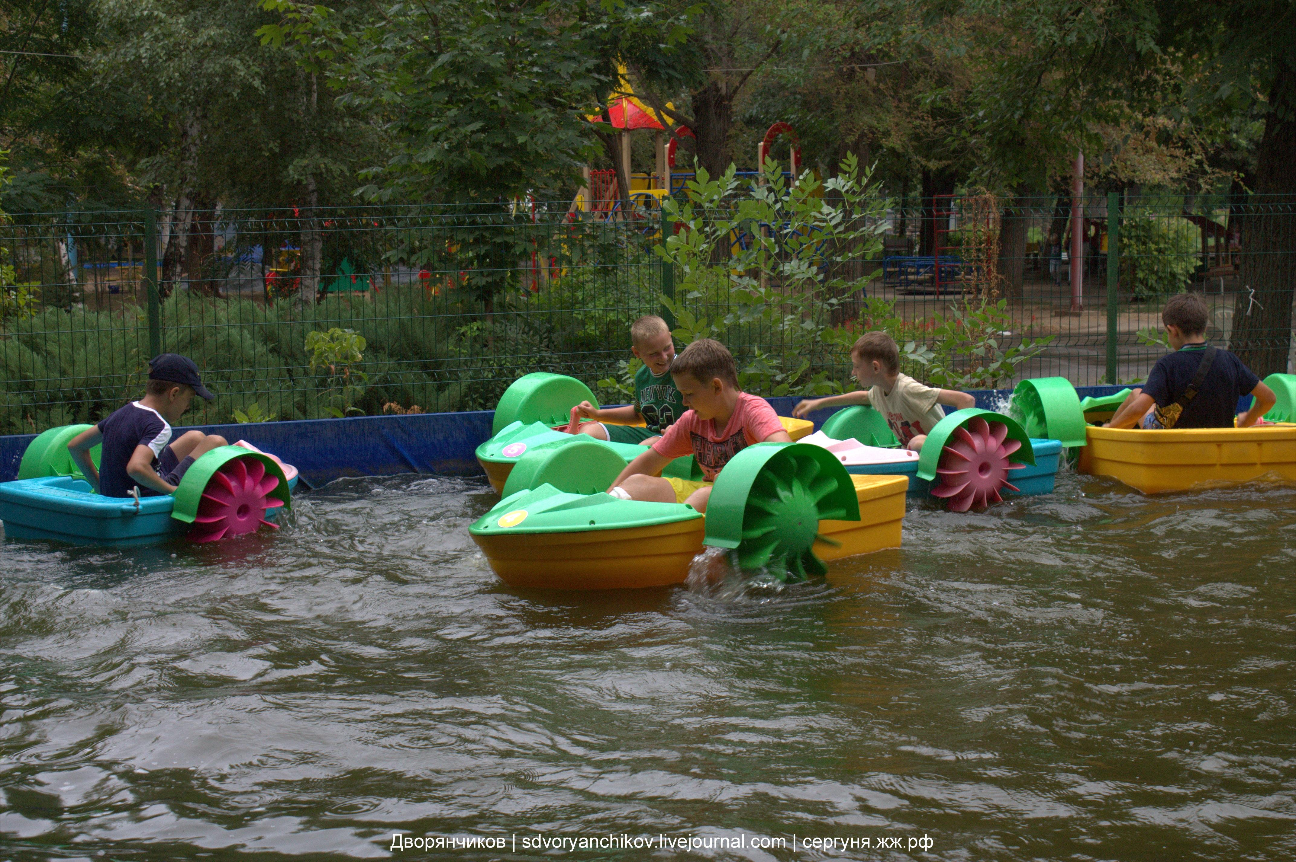 Юные морские волки на лодочках в парке ВГС - Волжский 17 августа 2016
