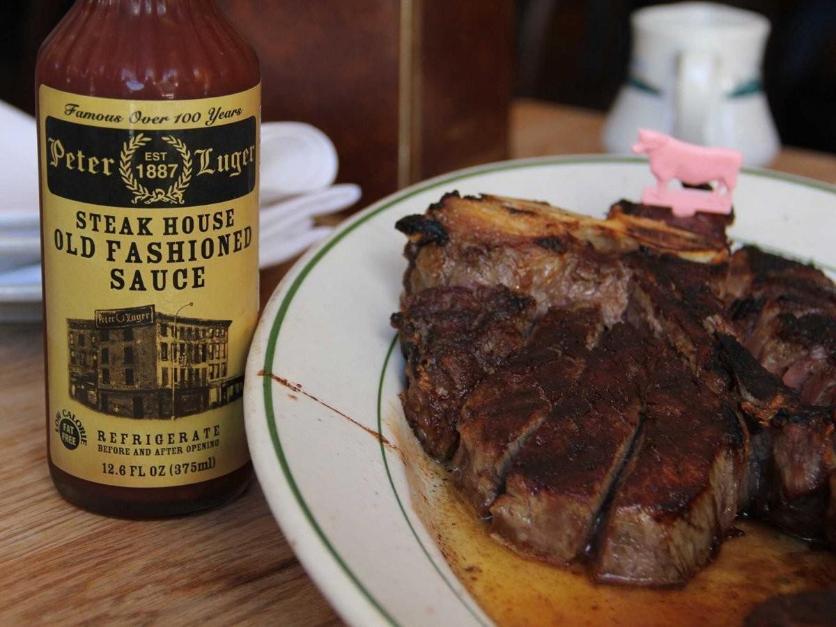 30. Порадуйте себя и своих друзей гигантским бифштексом в Peter Luger Steakhouse в Бруклине, Нью-Йор