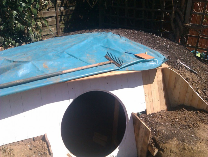 Гидроизоляция присутствует и под бетонным основанием, и на кровле постройки — под газоном.