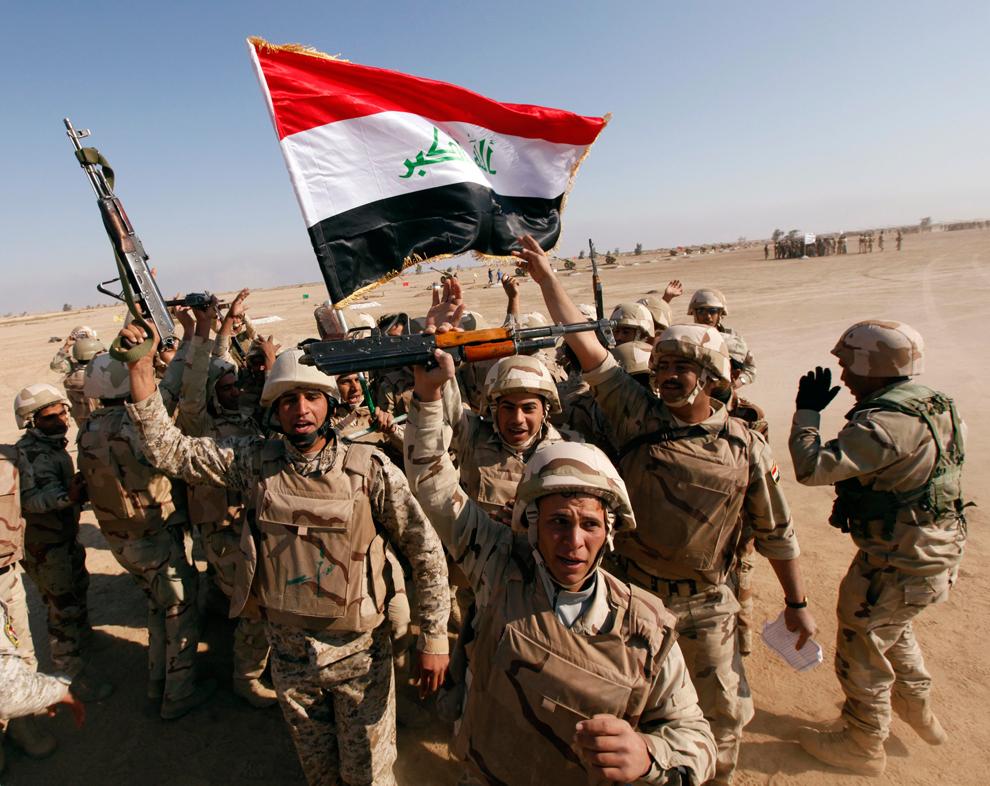 24. Иракские солдаты радуются окончанию учений на базе Басмая в Багдаде. (Mohammed Ameen/Reuters)