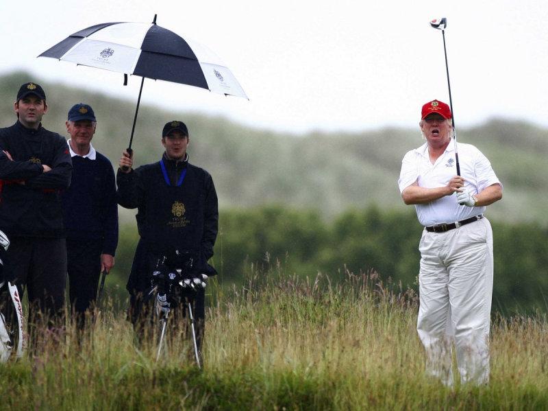 Дональд Трамп играет в гольф во время открытия поля Trump International Golf Links недалеко от