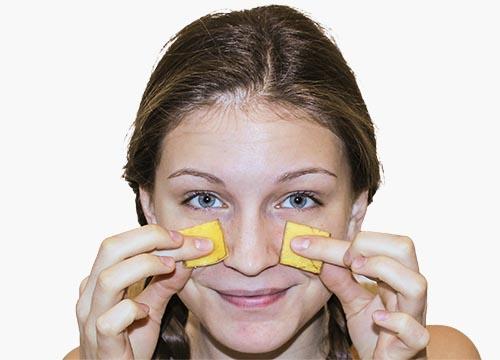 Банановая кожура снимает раздражение и борется с воспалением кожи. Просто используйте ее как увл
