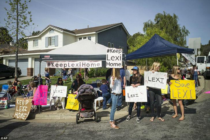 У дома семьи даже собрались протестующие против такого решения властей. Людям пришлось беспомощно ст
