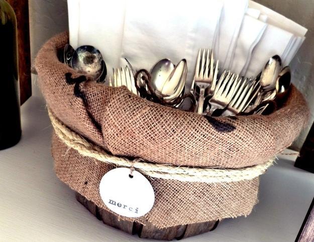 25. Блестящеестоловое серебро Обернутый марлей кусочек мела, лежащий в ящике или коробке вместе с в